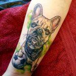 französische Bulldogge Fußballfan Tattoo gestochen von Marielle-Art