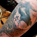 irisches Tattoo Rabe gestochen von Marielle-Art