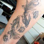 Fische-Tattoo auf Oberschenkel
