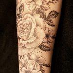 Rosen und Kirschblüten Tattoo